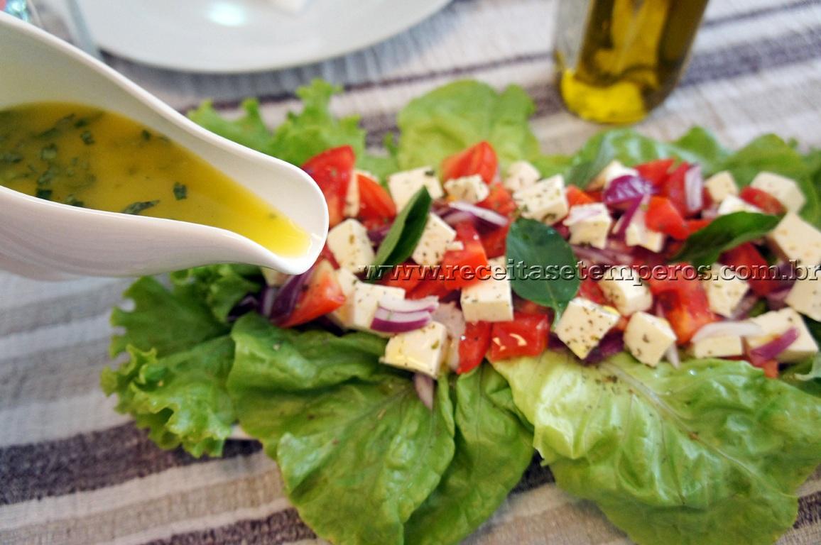Salada de cebola roxa com queijo branco e manjericão