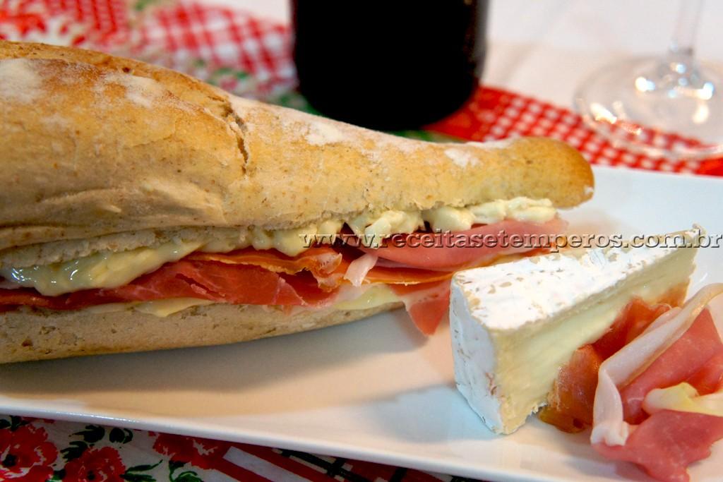 Sanduíche de Presunto Cru com Queijo Brie