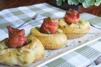 Batata recheada com bacon e queijo brie