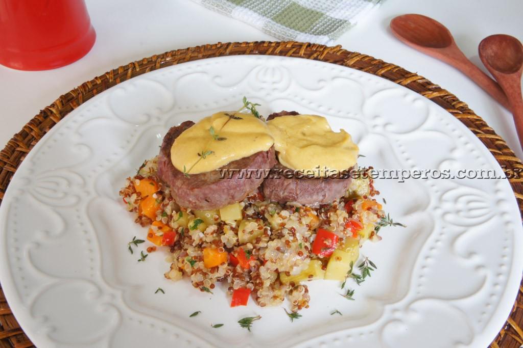 Filé mignon ao molho de mostarda, com quinoa e legumes