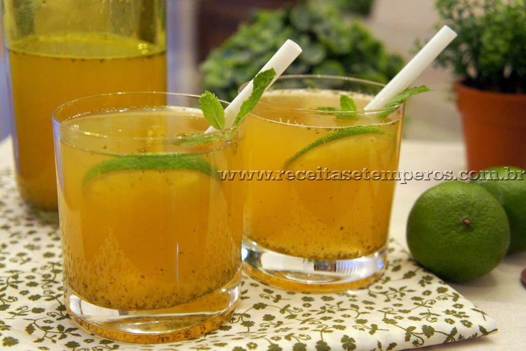 Chá verde gelado com limão, hortelã e mel
