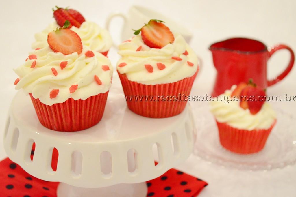 Cupcake de morango com chantilly