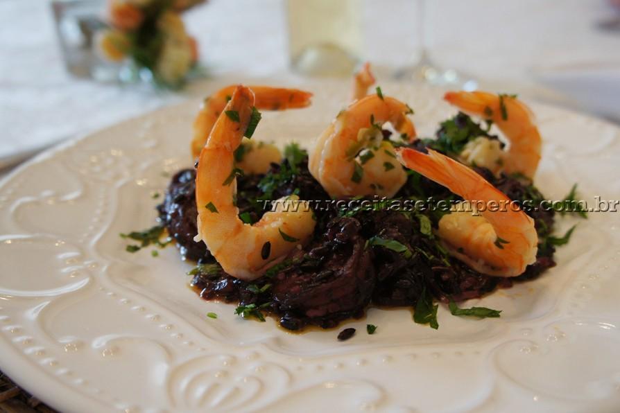 Arroz negro com camarão e toque de limão siciliano