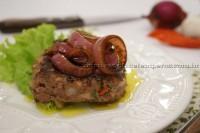 Hambúrguer caseiro com cebolas caramelizadas