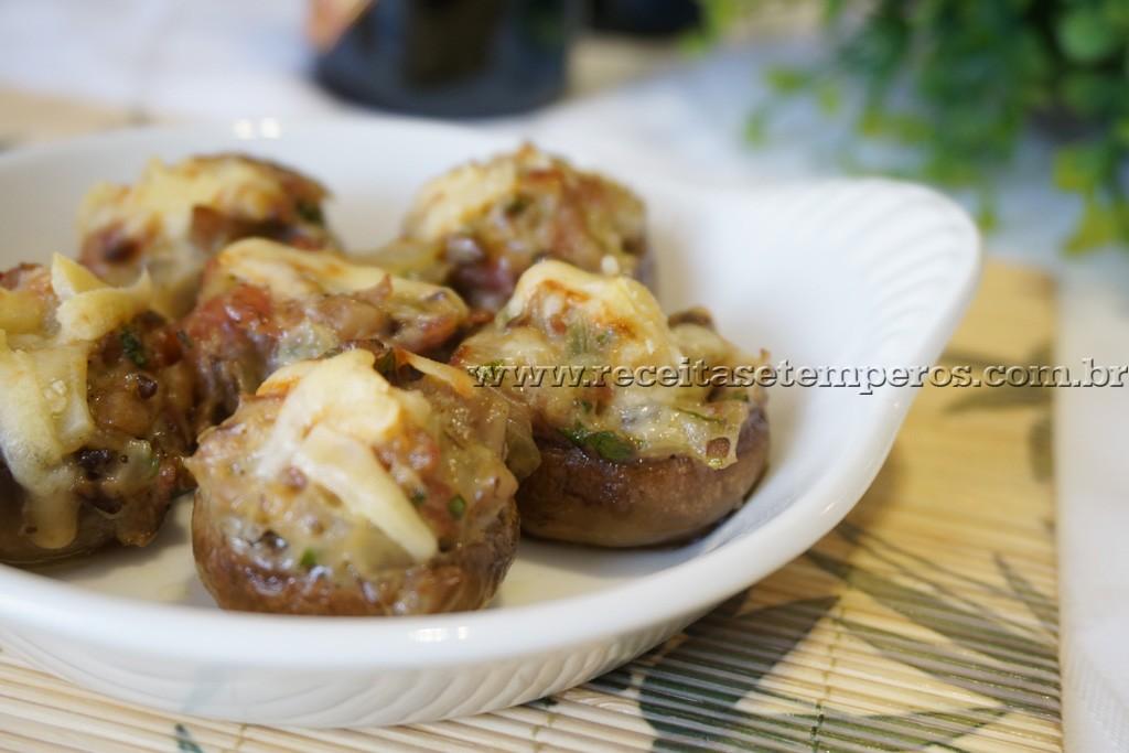Cogumelos recheados com bacon e brie
