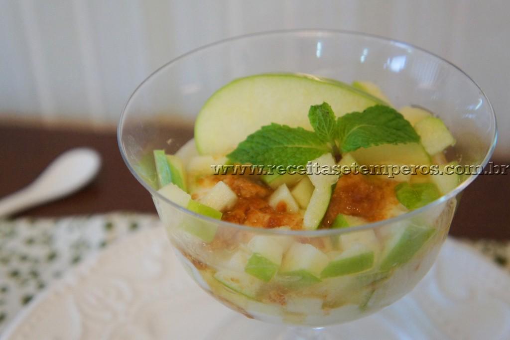 Iogurte com mel e maçã verde