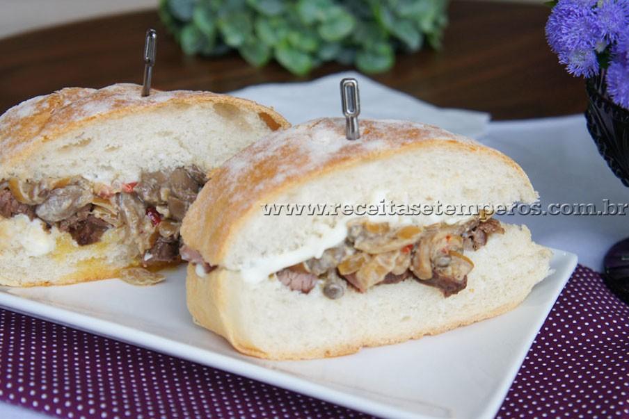 Sanduíche de carne com cogumelos