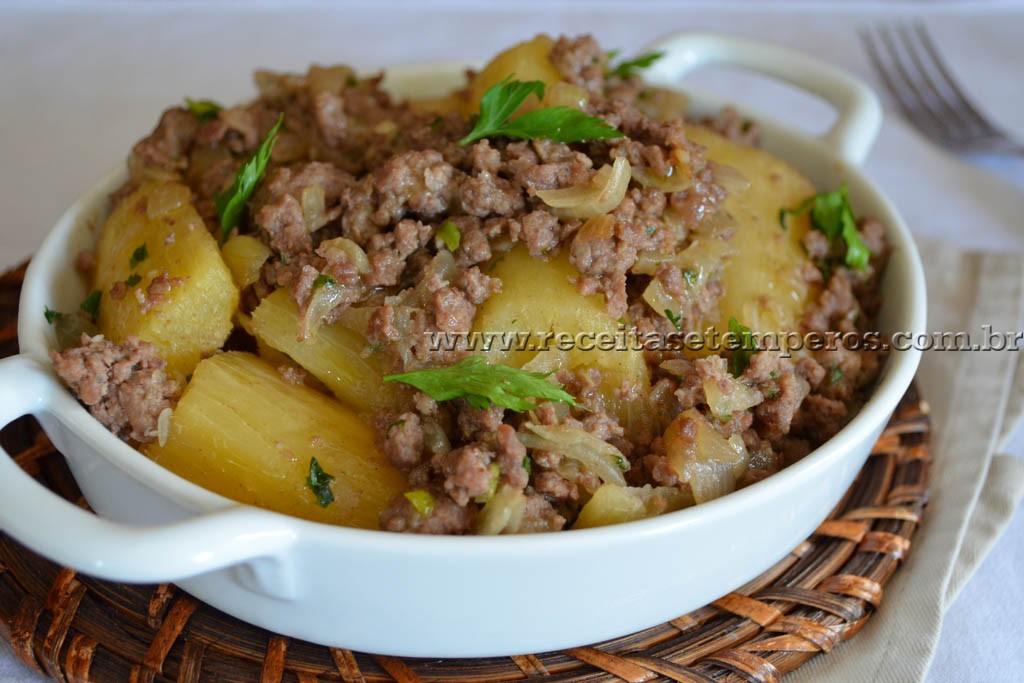 Mandioca cozida com carne moída