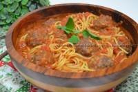 Espaguete ao sugo com almôndegas