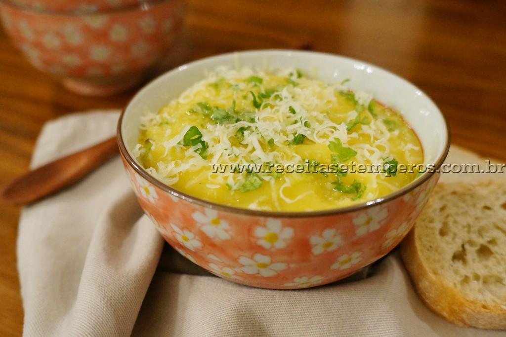 Sopa cremosa de mandioquinha e alho poró