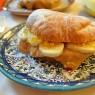 Croissant com doce de leite, banana e praliné de castanha