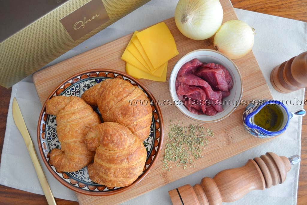 Croissant com filé, cheddar e cebolas caramelizadas