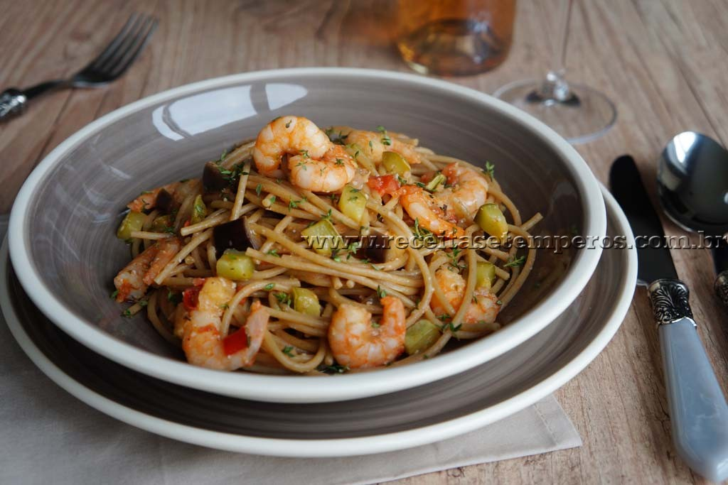 Espaguete integral mediterrâneo