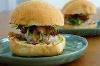 Hambúrguer com cebolas caramelizadas