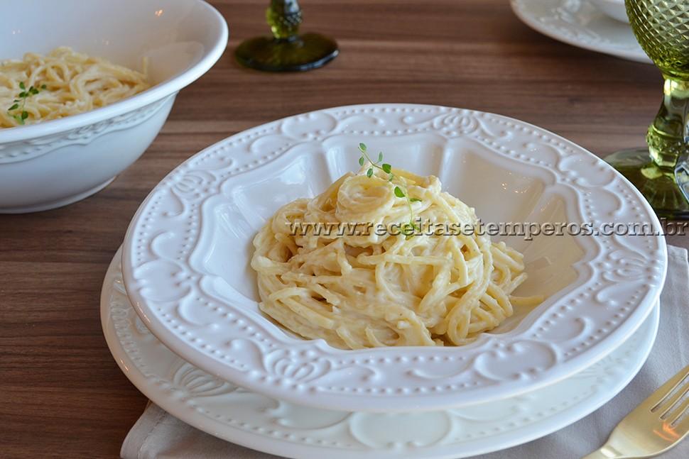 Espaguete ao molho de 3 queijos
