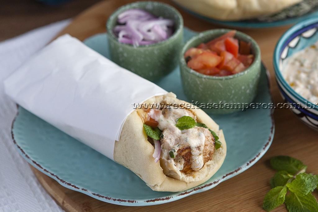 Kebab de frango com molho de iogurte e pão sírio caseiro