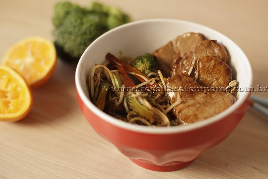 Filé suíno oriental com legumes