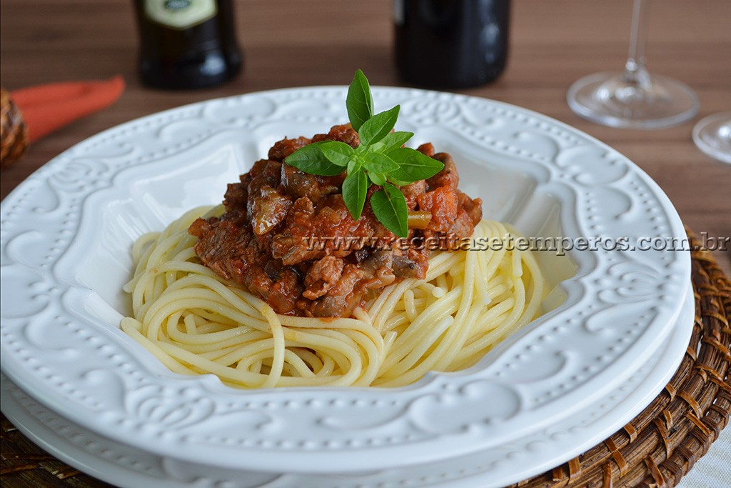 Espaguete Sem Glúten com ragu de filé mignon e cogumelos
