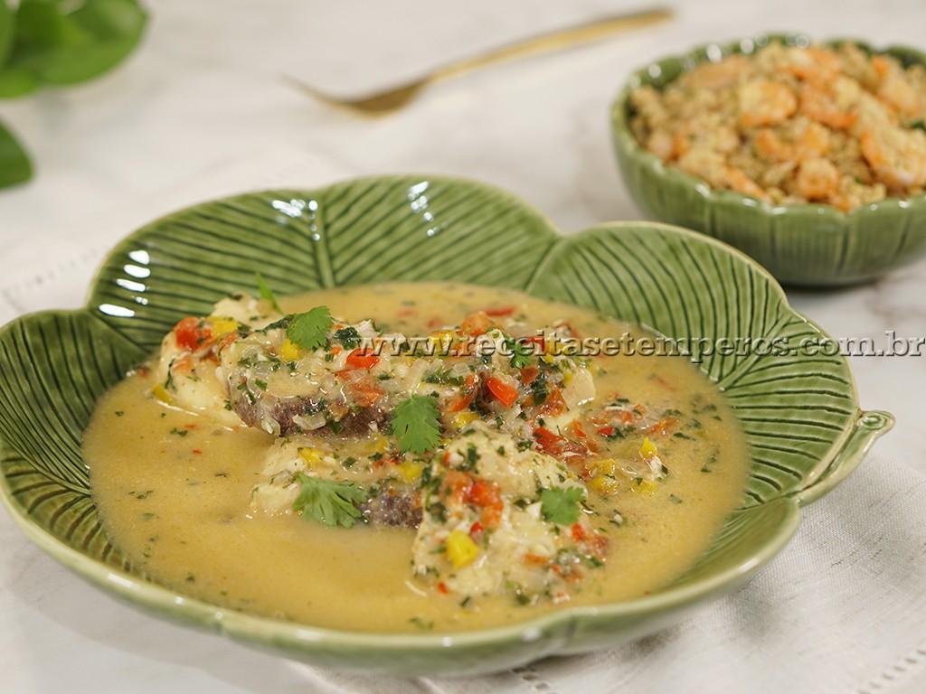 Cação com leite de coco e farofa de camarão